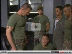 Militares chupando pollas y dandose por el culo