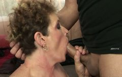 Mature harlot in high heels gets her pussy drilled by fucking machine